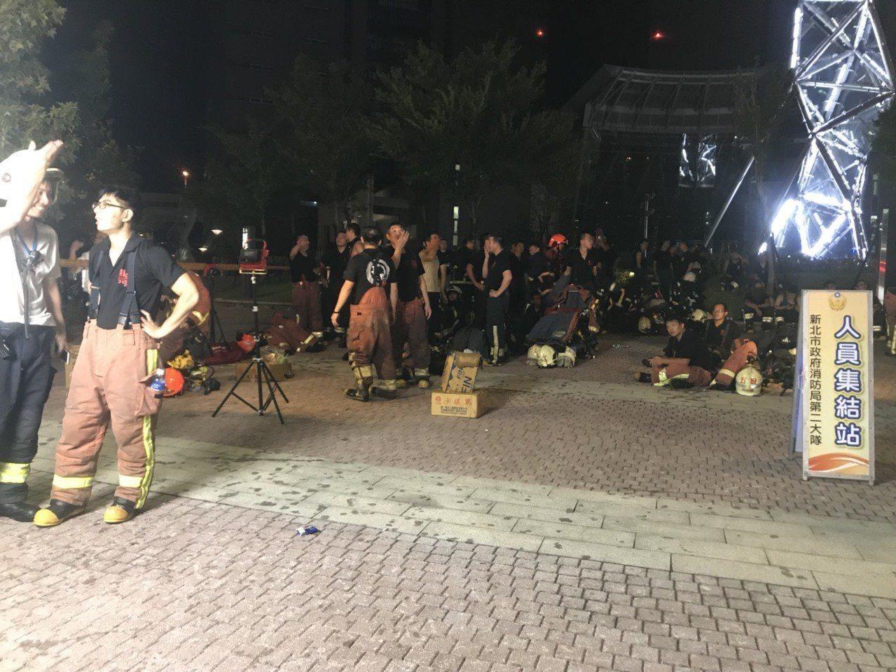 消防局弟兄集結待命,待指揮官下令進入火場撲滅殘火。記者袁志豪/攝影