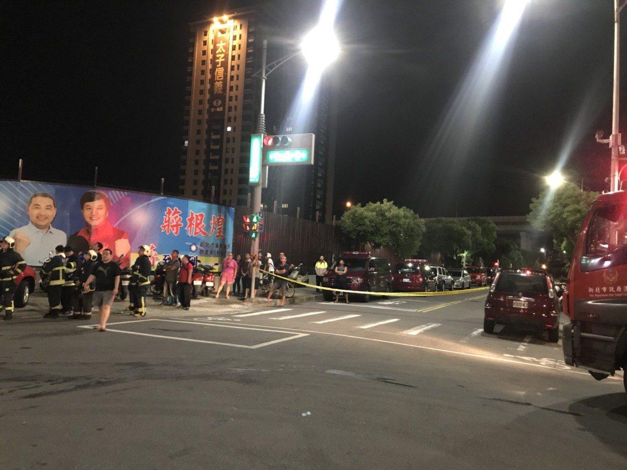 附近住戶在場圍觀,議論紛紛。記者袁志豪/攝影