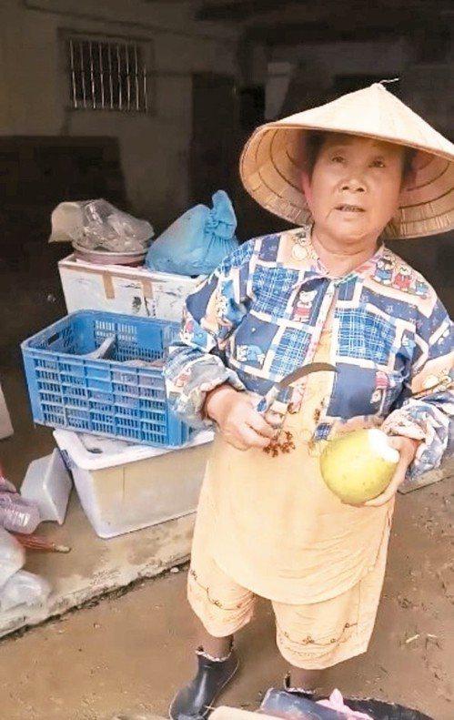李姓阿嬤的柚子在水災時被搶救出來,有網友貼文幫她賣。 圖/取自基隆人大小事