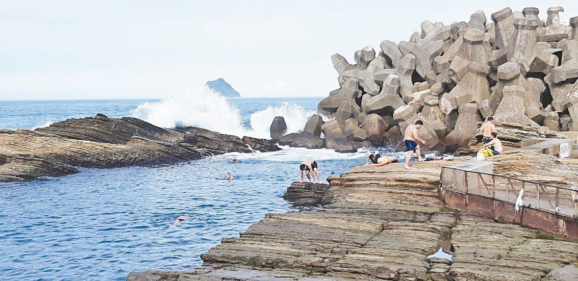 風景超優美的海興游泳池,位於基隆市協和街230號,周一至周日均開放。 記者賴郁薇...