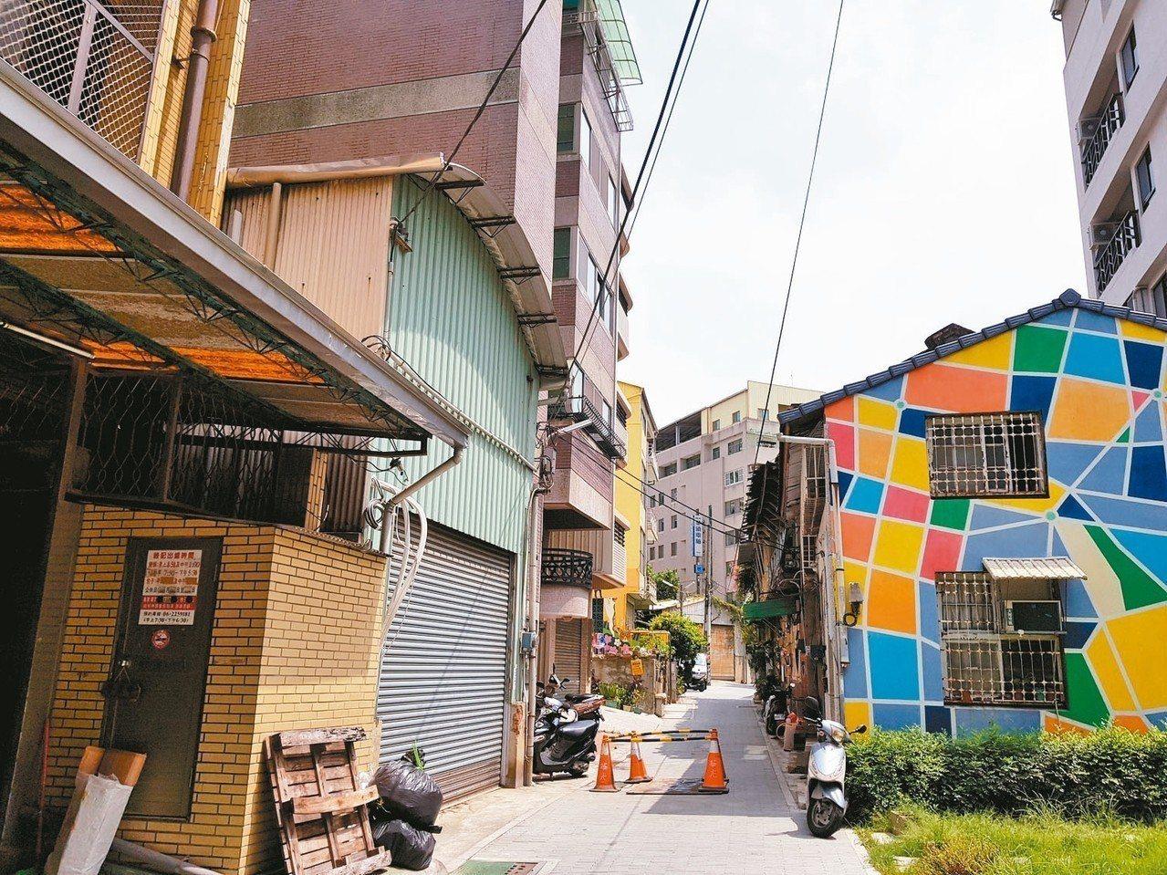 台南市老街因房子改建必須退縮,老巷輪廓盡失,新建物又高又瘦完全不搭,圖為清水寺老...