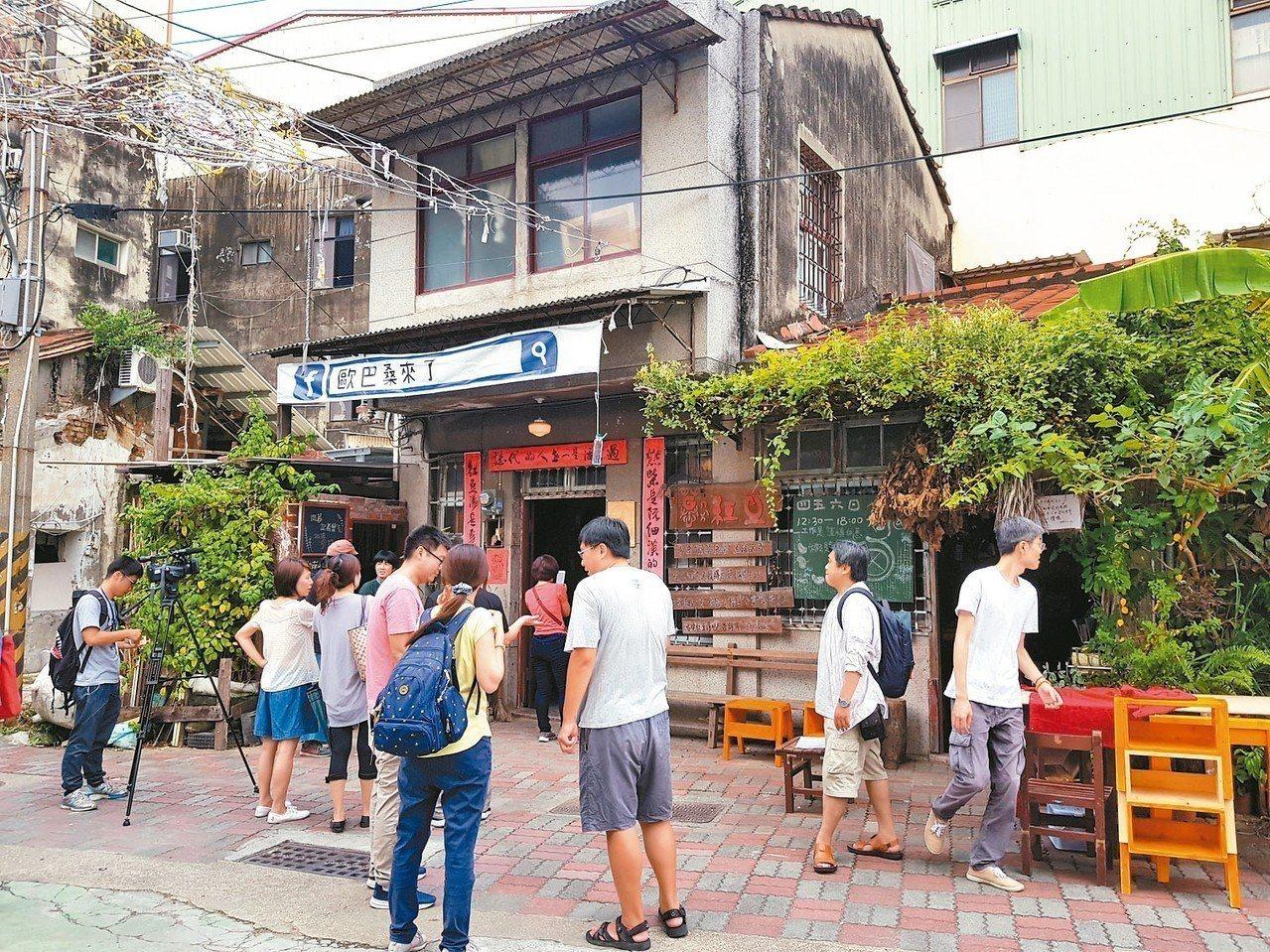 台南社大等公民團體在信義老街裡成立的「看南埕小書房」昨天揭牌。 記者修瑞瑩/攝影