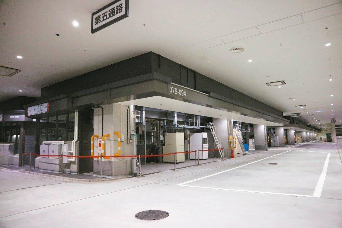 豐洲市場面積是築地市場的一點七倍,二樓設有參觀迴廊,民眾可俯視市場內熱絡的景象。...
