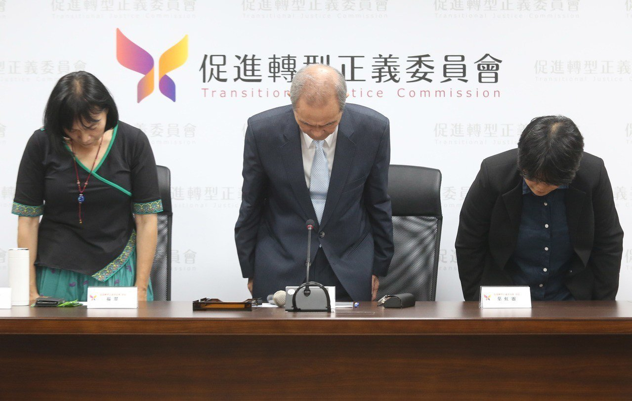 促轉會主委黃煌雄(中)為東廠說向社會大眾致歉。 圖/聯合報系資料照片
