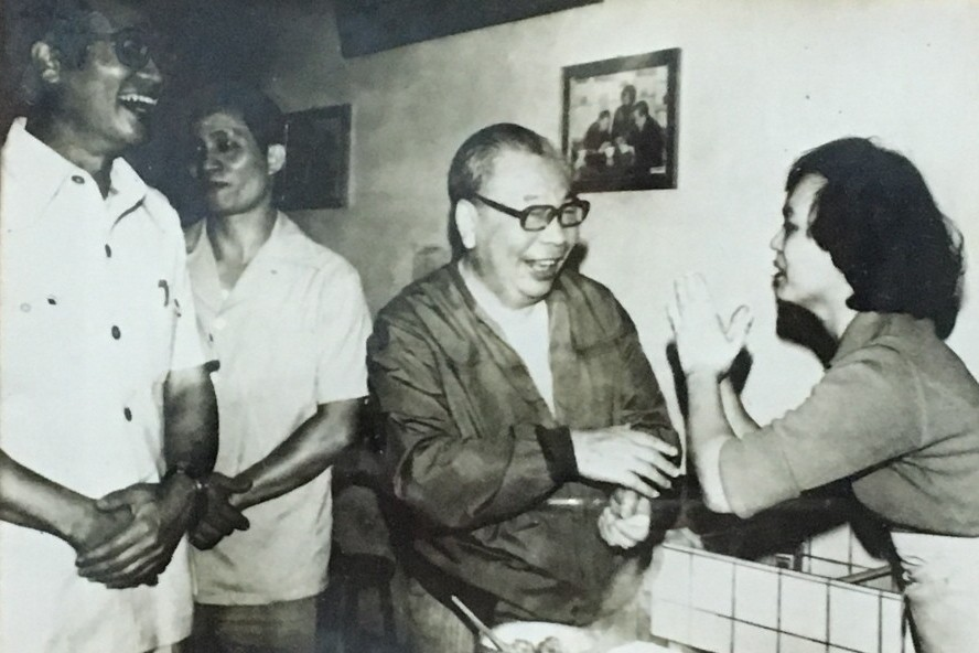 故總統蔣經國下鄉訪查時,穿著夾克的形象深植人心。 記者徐庭揚/翻攝