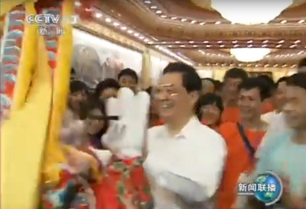 2011年7月,大陸前領導人胡錦濤在人民大會堂參加兩岸青年大型交流活動,對現場表...