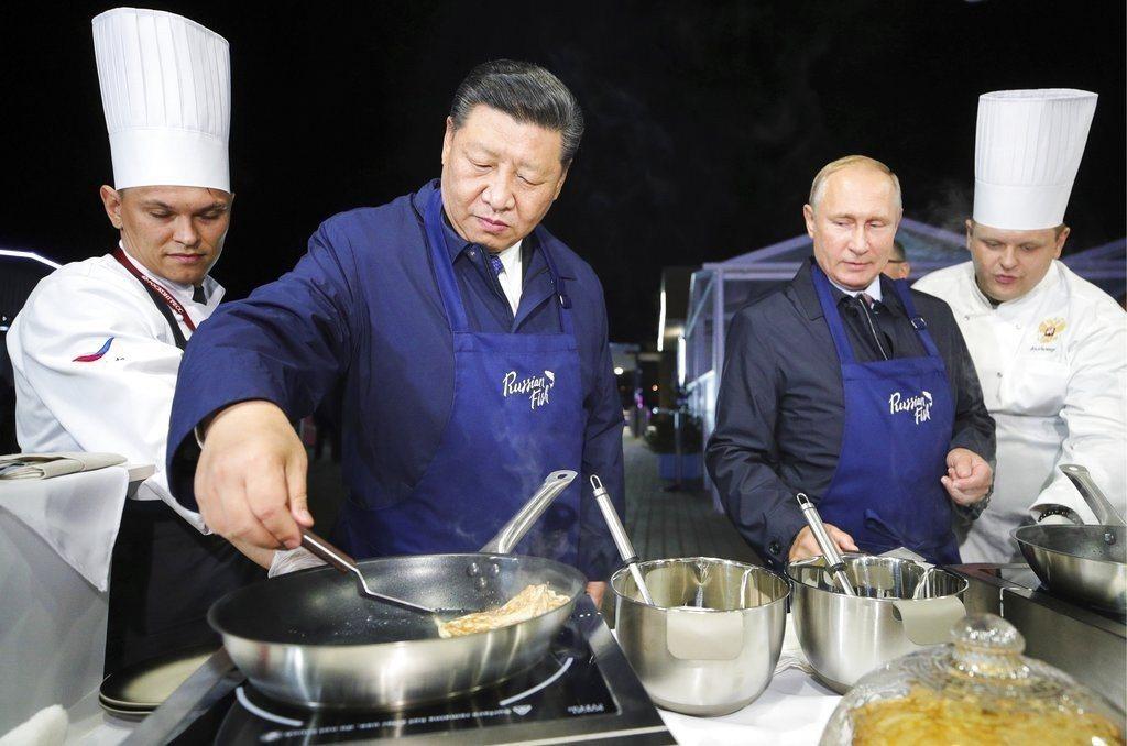 俄羅斯總統普亭和大陸國家主席習近平出席在俄國東方經濟論壇,兩人忙裡偷閒,在場邊圍...