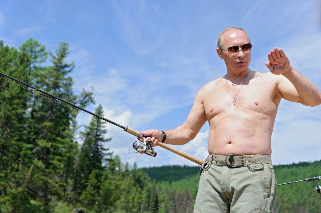 俄國總統普亭打赤膊釣魚,展現強者風範。 (法新社)
