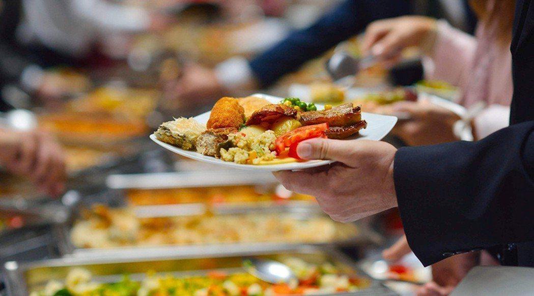 聰明選擇外食項目、多吃蔬菜水果,合併這兩大營養素,三餐在外也能降低罹患代謝性疾病...