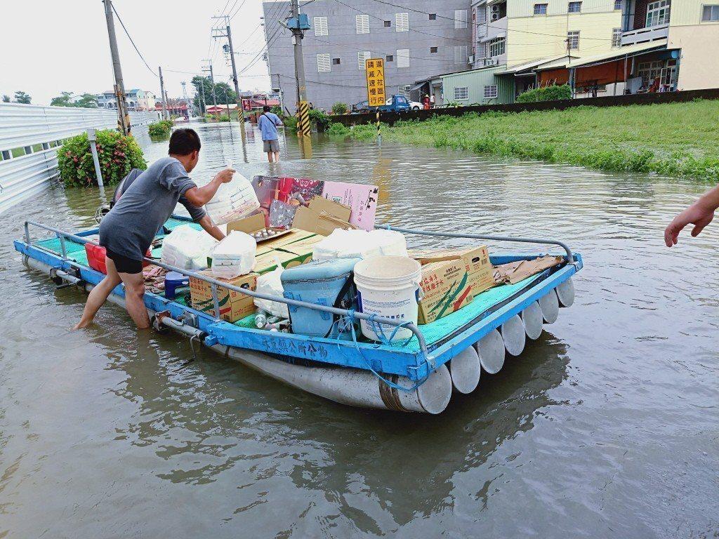 熱帶性低氣壓及西南氣流在8月23日帶來罕見強降雨,造成高雄、台南等地大淹水。圖為...