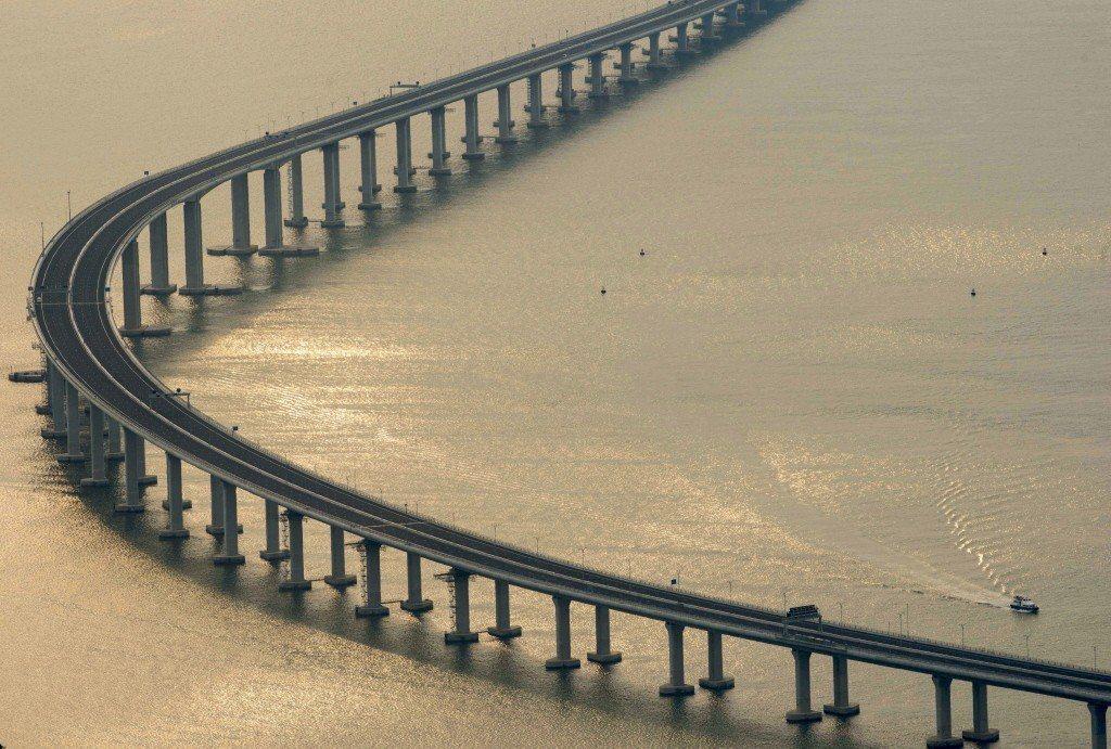 超強颱風「山竹」風力逾200公里,大陸港珠澳橋承受力受考驗。中新社
