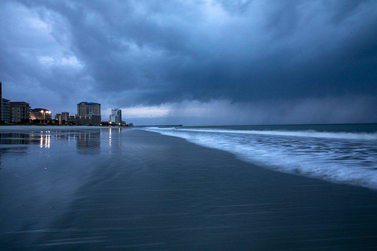 颶風佛羅倫斯已經開始發威,先前氣象預報所估計的威脅,現在已經轉變為事實,強風暴雨...
