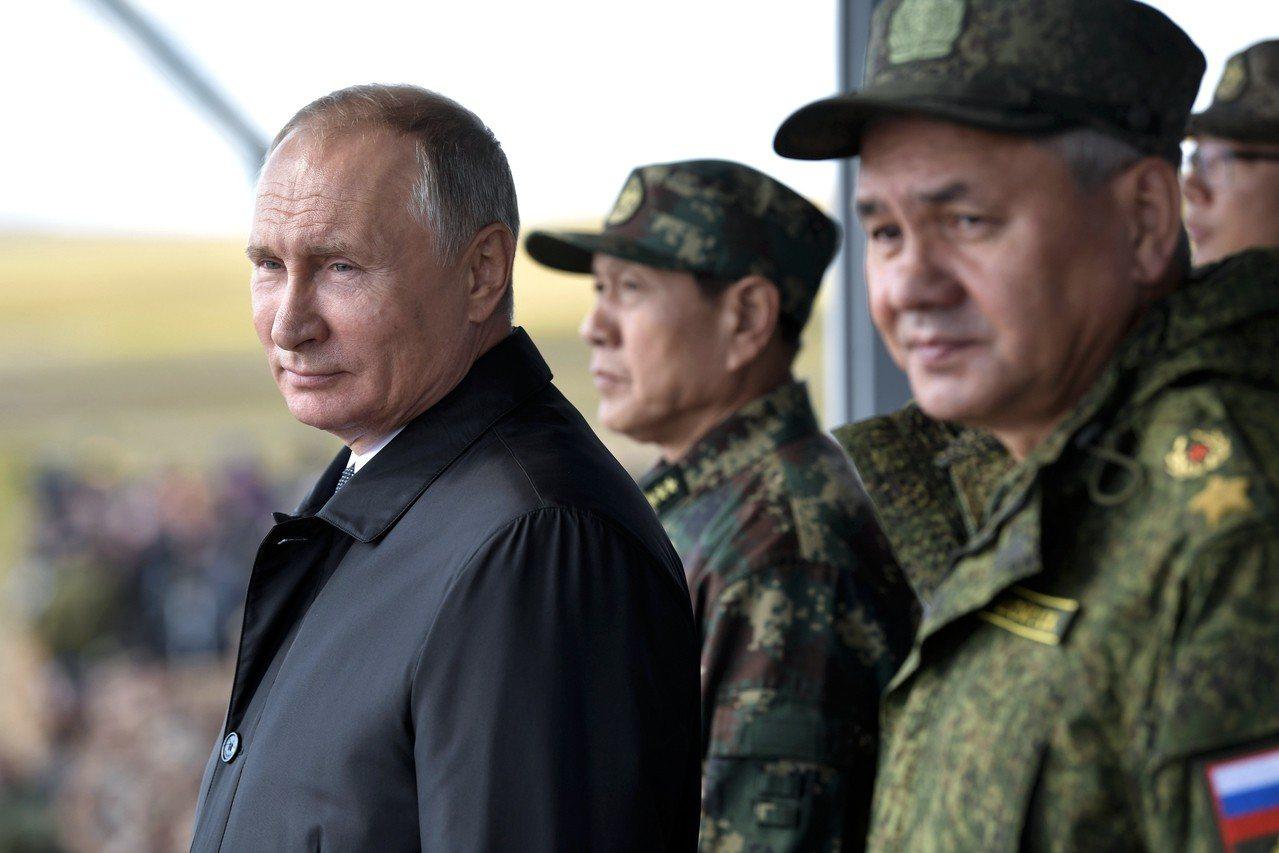 中俄聯演共殲「敵」 沙場受閱 美聯社