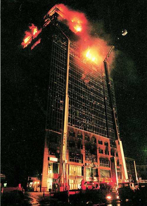 汐止東方科學園區大火延燒逾40小時。由於超高帷幕大樓救火困難,造成歷來最嚴重的大...