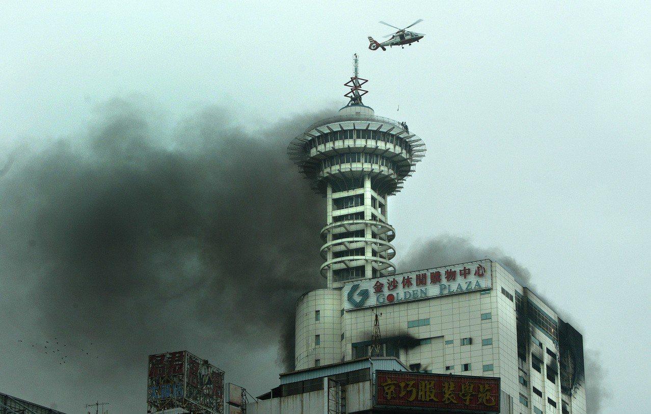 台中市地標金沙百貨發生大火造成四人死亡,由於樓層過高不少受困民眾,逃上頂樓旋轉餐...