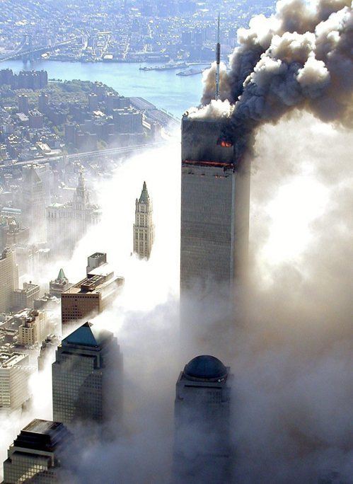 2001年9月11日,紐約世貿中心雙子星大樓遭兩架飛機自殺攻擊後,陸續倒塌的恐怖...