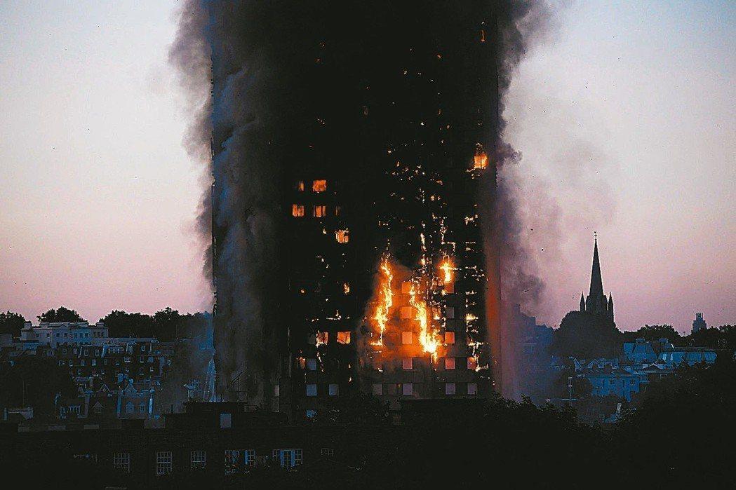 格蘭菲塔公寓大樓發生火災,現場猶如災難電影。 路透