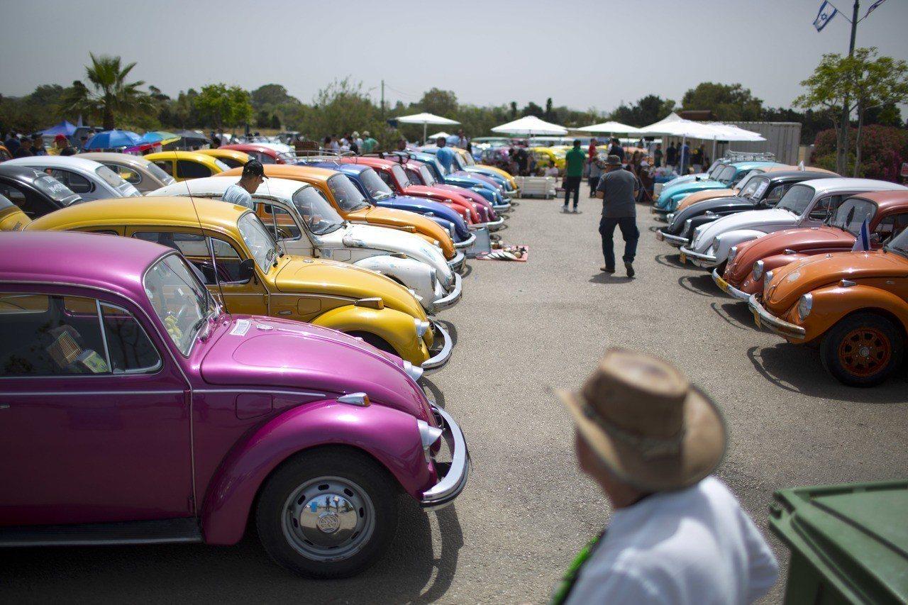 福斯宣布明年7月將停產金龜車,圖為以色列車迷舉辦車聚。美聯社