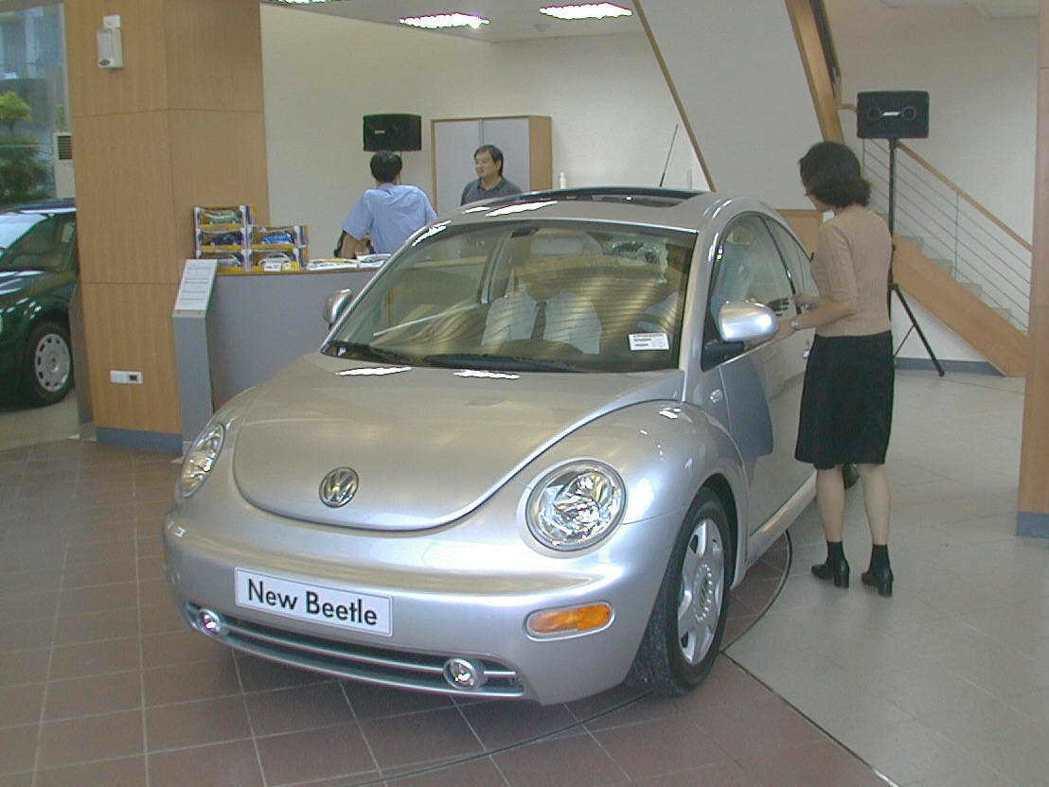 福斯汽車1999年在高雄成立首家展示中心,全新金龜車與消費者見面。圖/聯合報系資...