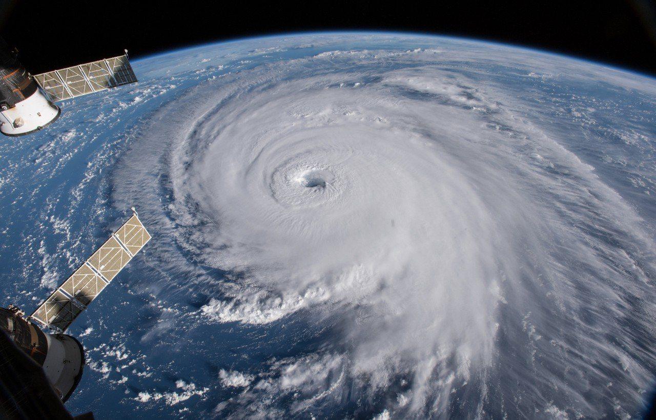 佛羅倫斯颶風橫越大西洋將直襲南北卡羅來納州,圖為12日從國際太空站所拍攝結構完整...