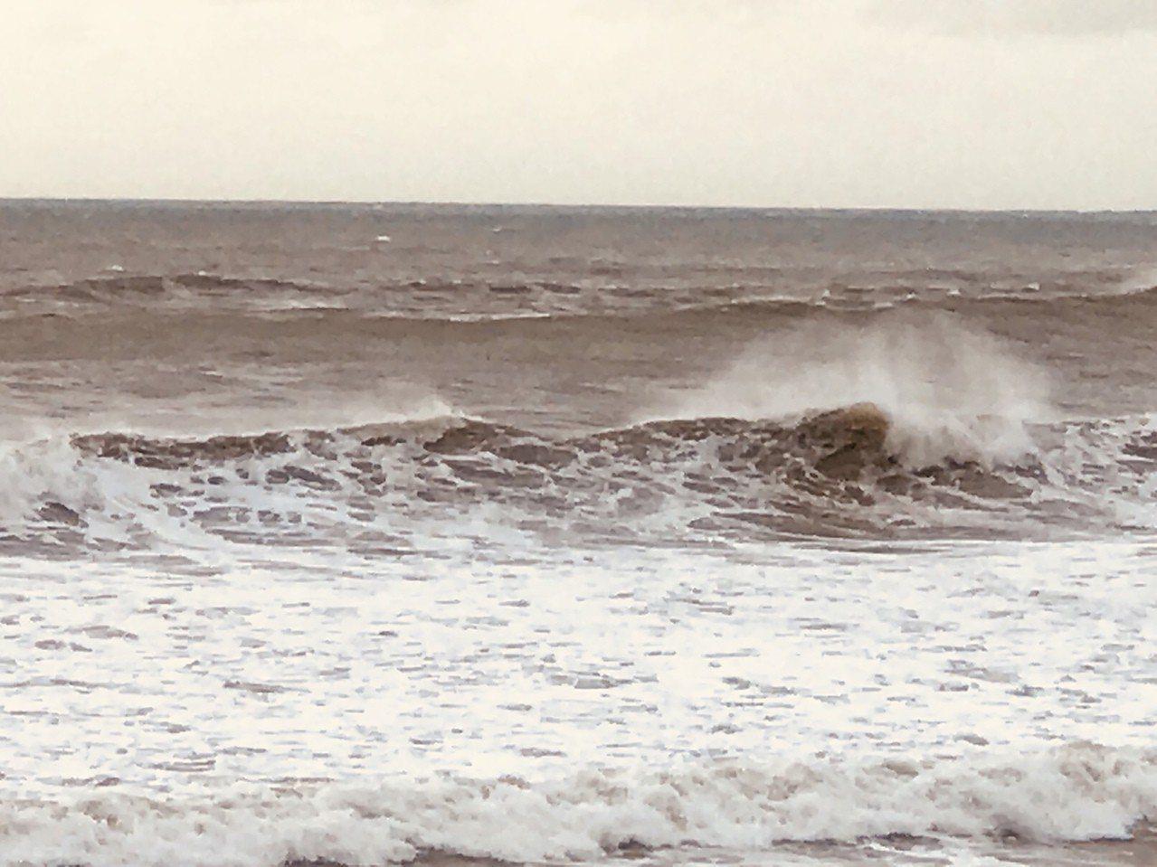 山竹颱風發布海上警報,屏東恆春半島海域14日上午開始出現長浪,墾丁部分海域浪高達...