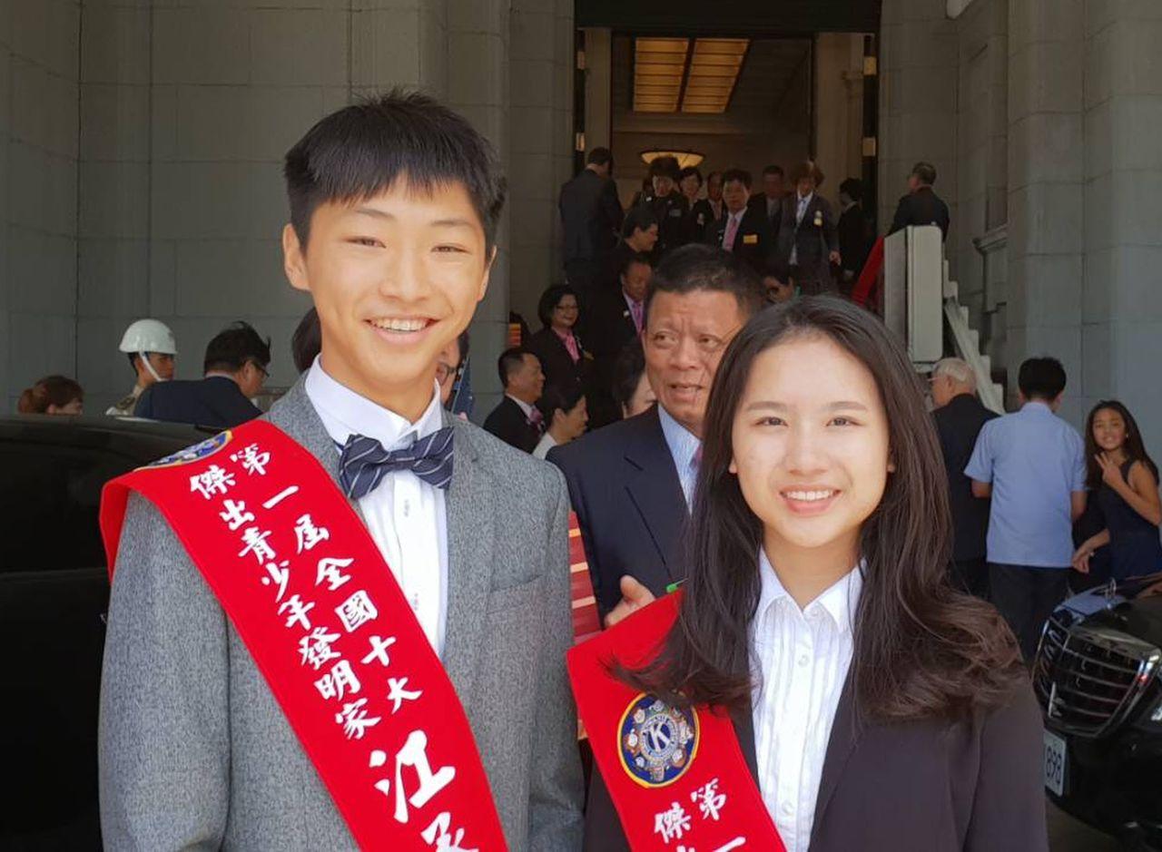 明道中學學生江承蔚(左)、賴詩涵(右)分別入選「十大傑出青少年發明獎」,接受總統...