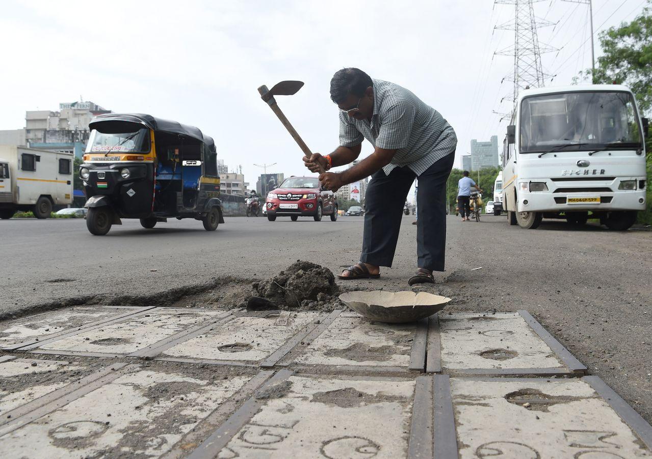 比爾霍爾在愛子成了路面坑洞造成的車禍冤魂後,決定填平印度孟買凹凸不平的道路。 法...