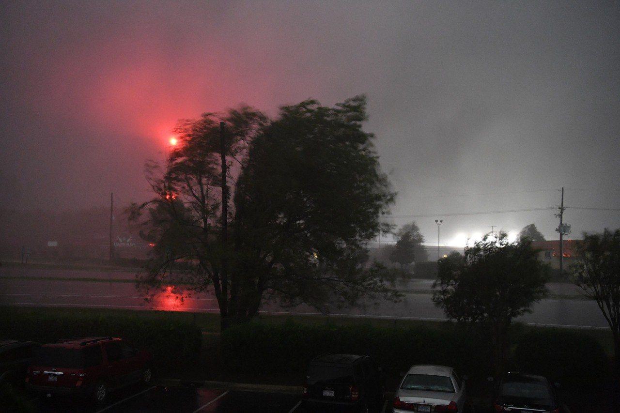 佛羅倫斯颶風襲美,造成美國北卡羅來納州數百位民眾住宅四周遭淹沒而孤立無援。 新華...