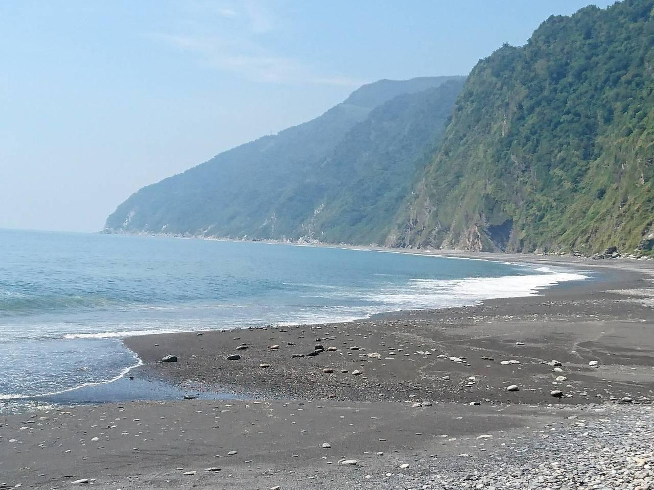 宜蘭南澳神秘沙灘狹長,長浪打來難防。 聯合報系資料照/記者羅建旺攝影