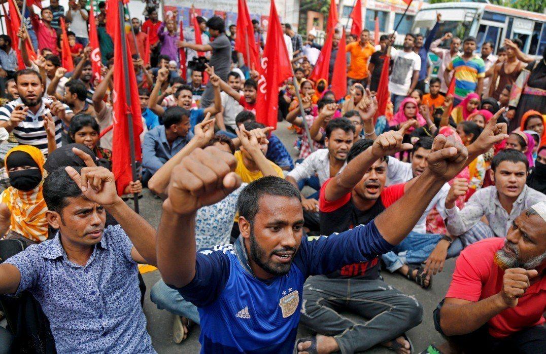 孟加拉成衣廠工人在首都達卡街頭,抗議「非人道」的工資。 歐新社