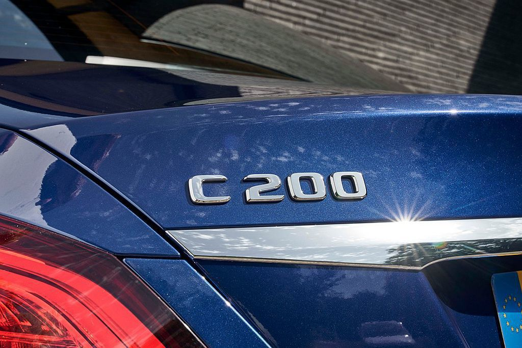 小改款賓士C-Class搭載全新開發1.5L渦輪增壓EQ Boost 48V輕複合動力引擎,房車版本可跑出平均15.6km/L的優異表現。 圖/Mercedes-Benz提供