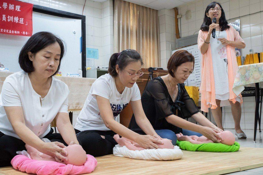 訓練課程結合產後運動、嬰兒按摩相關技能,內容多元豐富。 嘉藥/提供