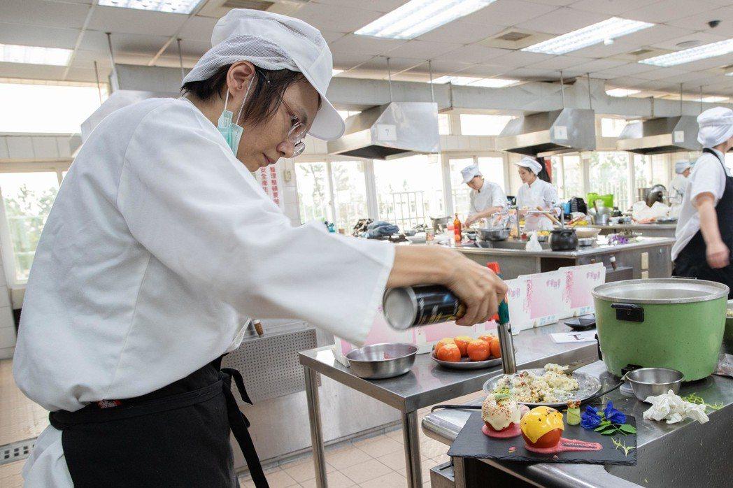參訓學員用心製作月子餐。 嘉藥/提供