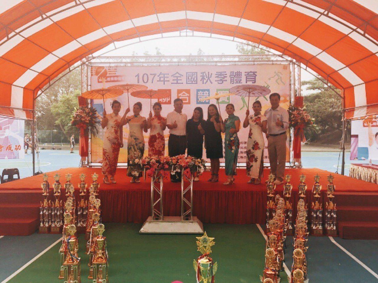全國縣市體育聯合總會蔡家福會長(左四)蒞臨主持107年秋季運動會。 主辦單位提供