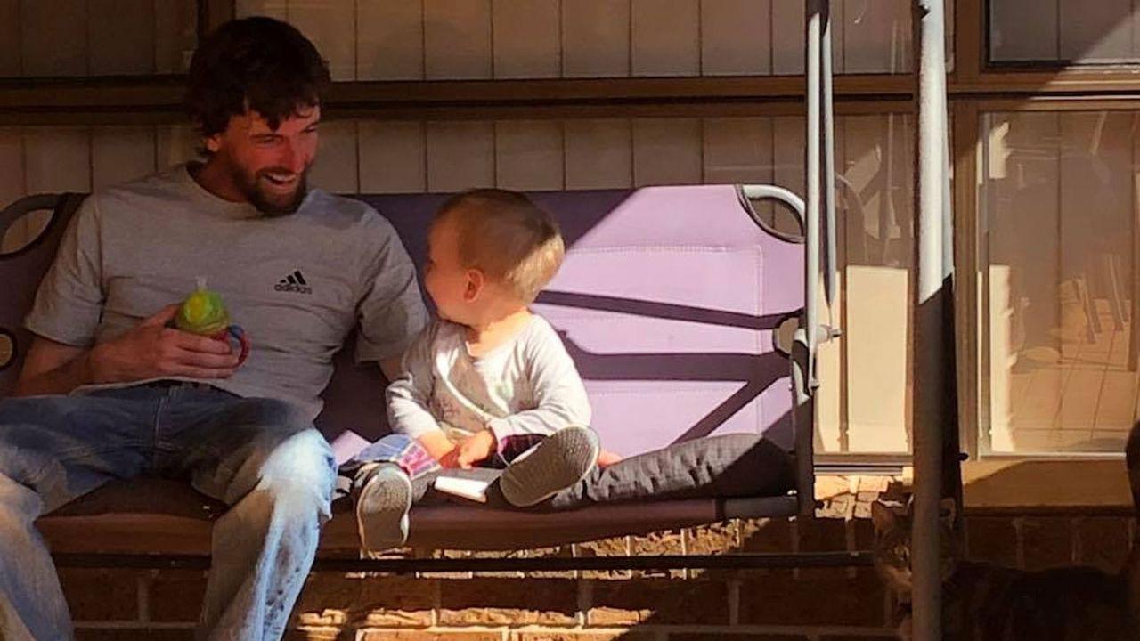 澳洲一名男子連打二十個噴嚏後倒地死亡,錯過了兒子父親節的擁抱。圖/9news