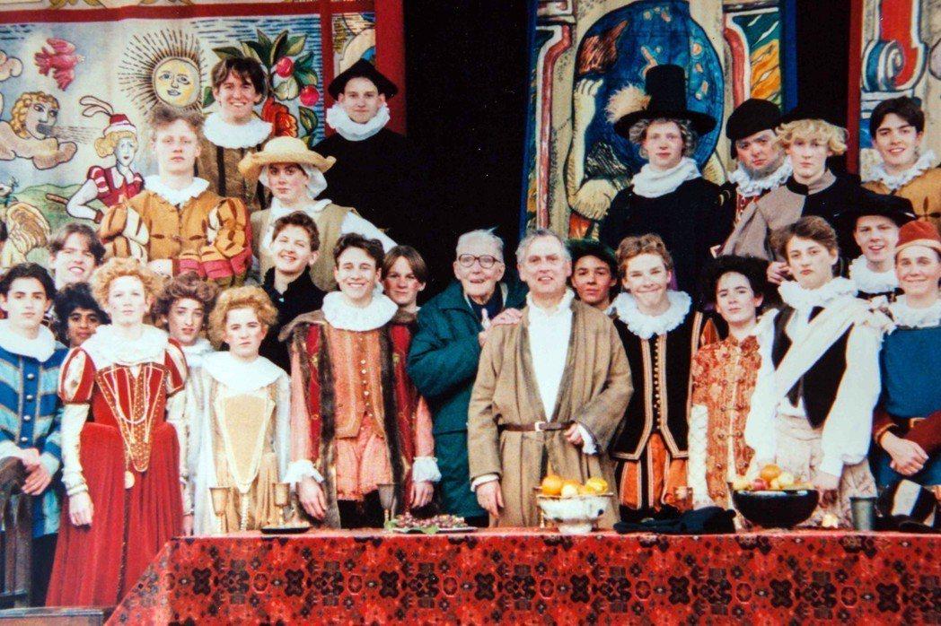 找找康柏拜區在哪?圖為1994年,就讀哈洛公學的康柏拜區,出演莎士比亞的《馴悍記...