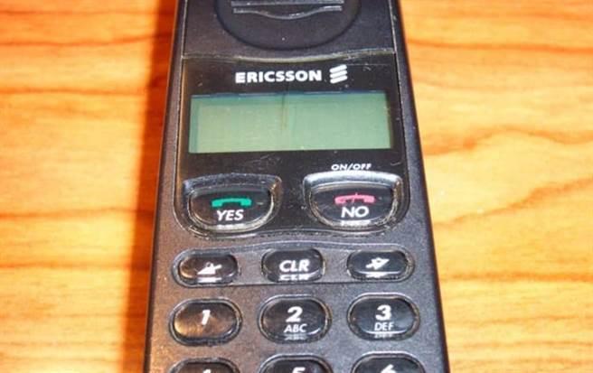 網友翻出21年前的初戀手機,「易利信388」。圖/翻攝自爆廢公社