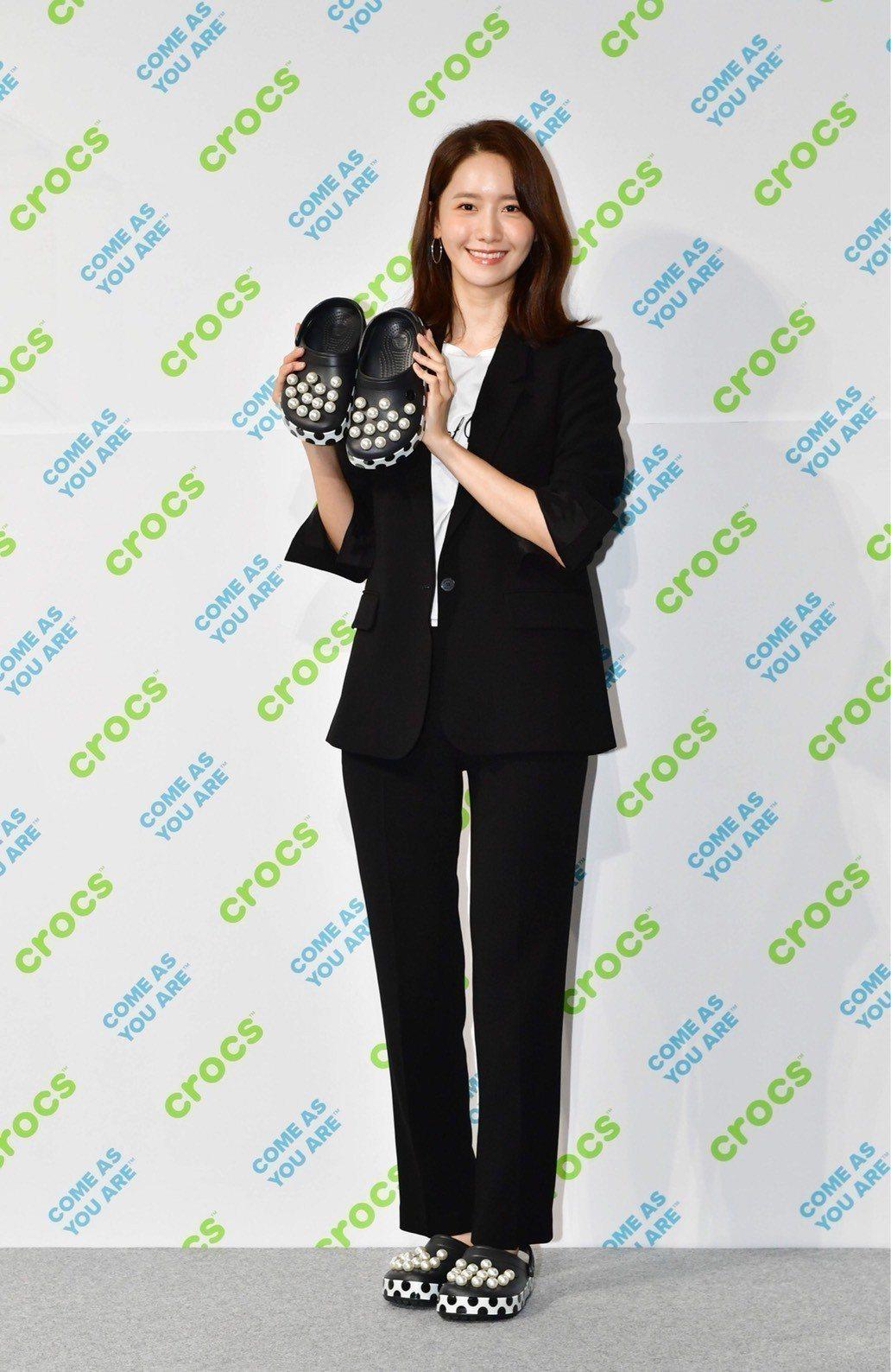 少女時代團員允兒穿著Crocs秋冬新款「珍珠系列」引領時尚潮流。 圖/Cro...