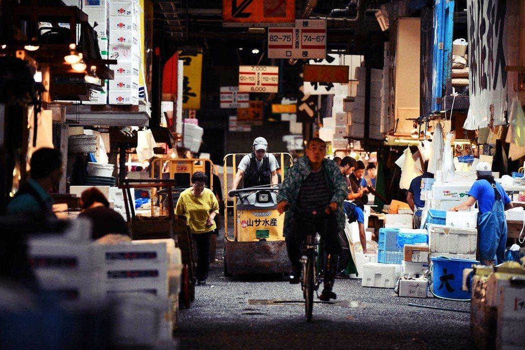 在築地市場裡穿梭的電動車,是許多參訪築地的遊客印象深刻的畫面。 圖/法新社