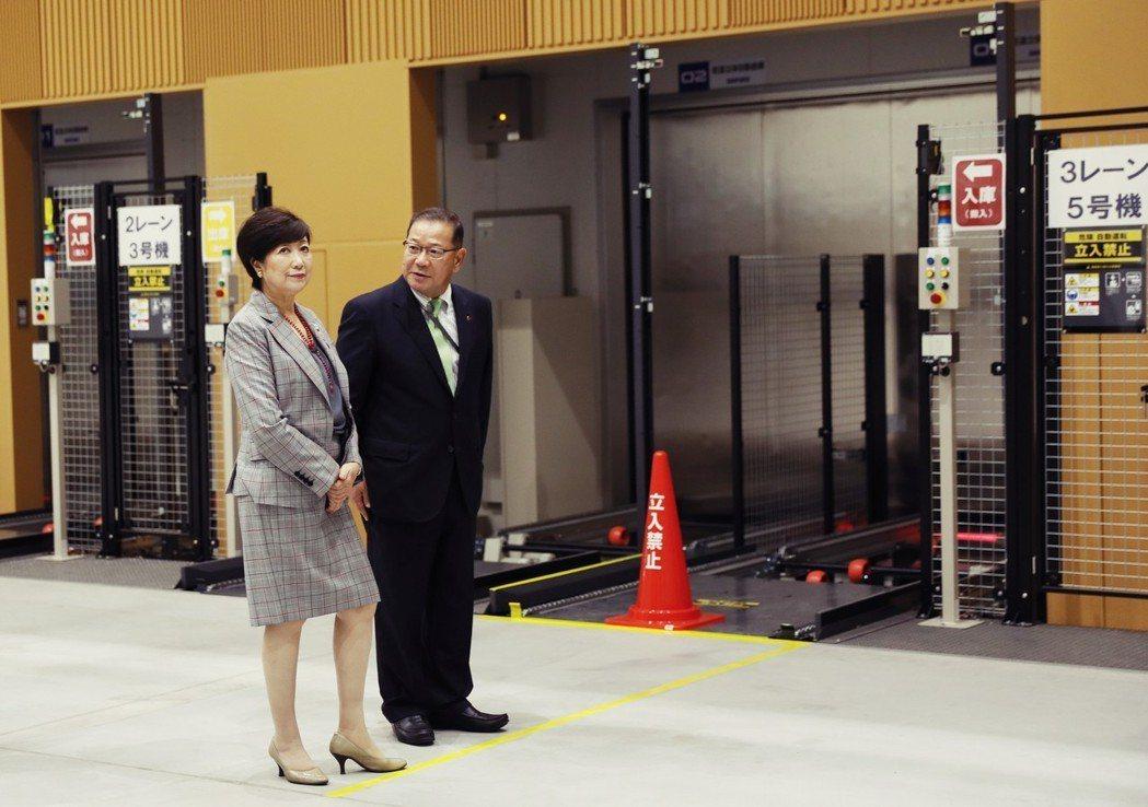 9月13日,東京都知事小池百合子(左)參加豐洲市場的啟用典禮,並宣告「豐洲品牌」...