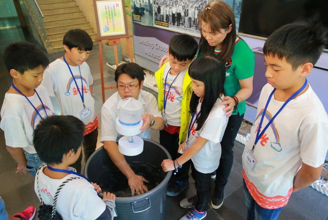 新光學童DIY實作體驗波浪發電機。 諾華/提供