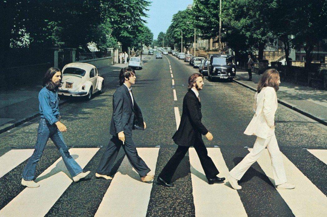 披頭四的《艾比路》(Abbey Road)發行,專輯封面背景(就是後人酷愛模仿的...