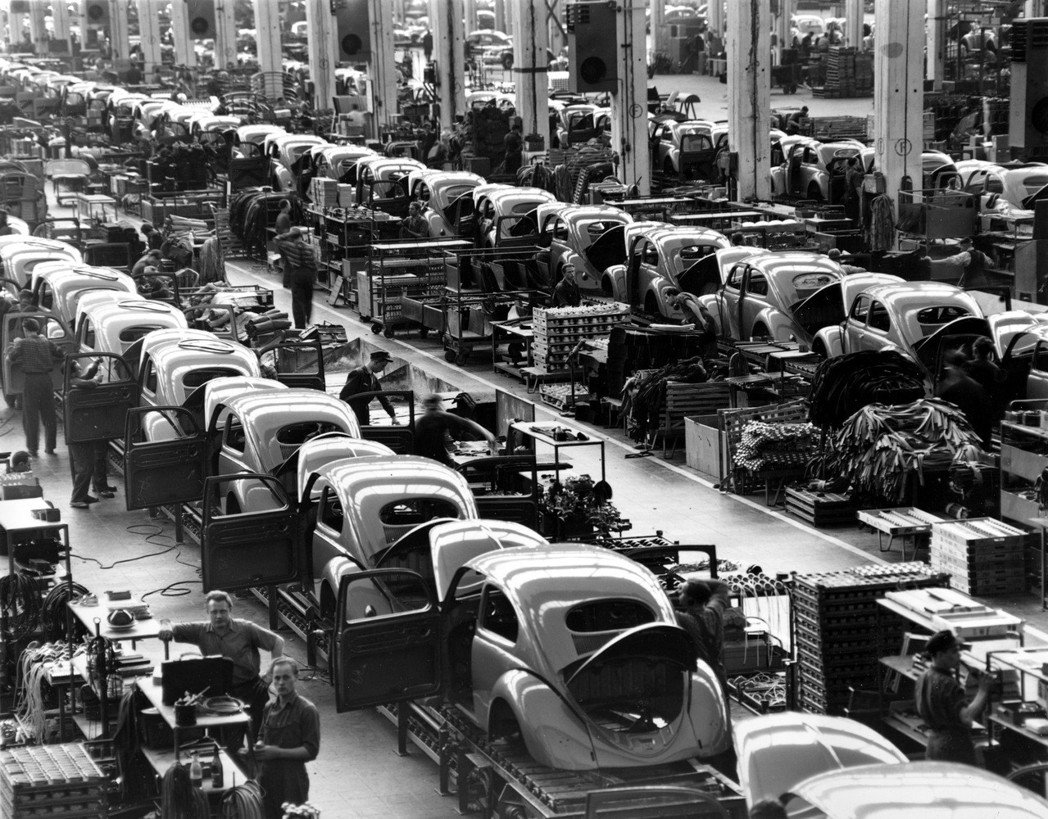 1954年,福斯的位在德國狼堡的車廠,大量生產金龜車中。 圖/美聯社