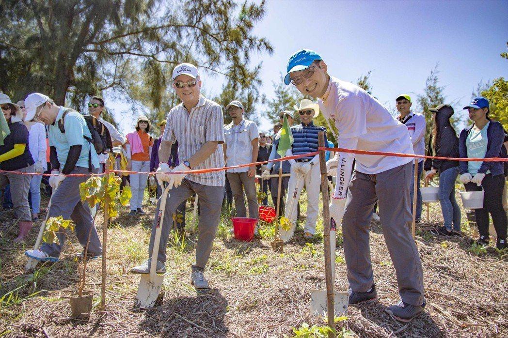 和泰車協理劉傳宏(右)與蘭揚汽車董事長陳立欽攜手種下樹苗。 業者/提供