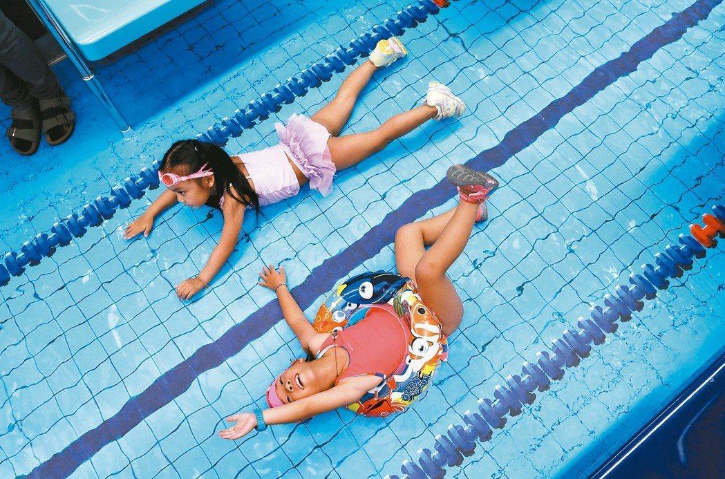 去年的世大運在台北捷運車廂裡宣傳,讓捷運化身游泳池,孩童興奮地在車廂內當場游了起...