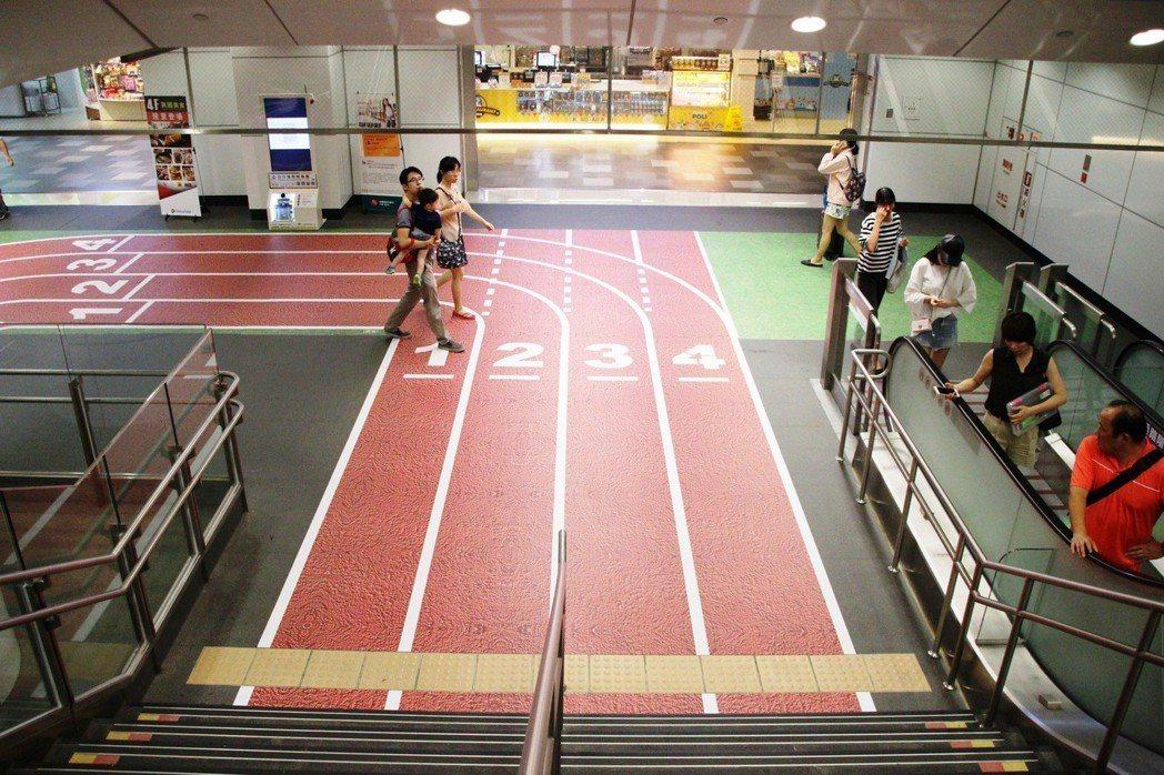 去年機場捷運為迎接世大運,A9林口站從二樓延伸到三樓變身田徑場,旅客變身選手蓄勢...