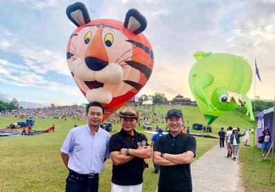 從張基義(最右)上任當年(2011)首次舉辦的「台灣國際熱氣球嘉年華」每年總是吸...