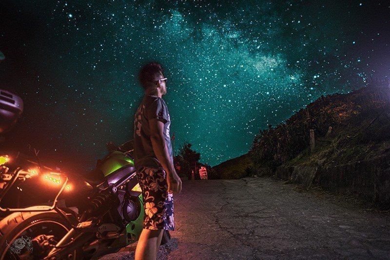 火花羅熱愛騎車,光是重機里程就已經累積了11萬公里,努力以超越想像力的方式去展現...