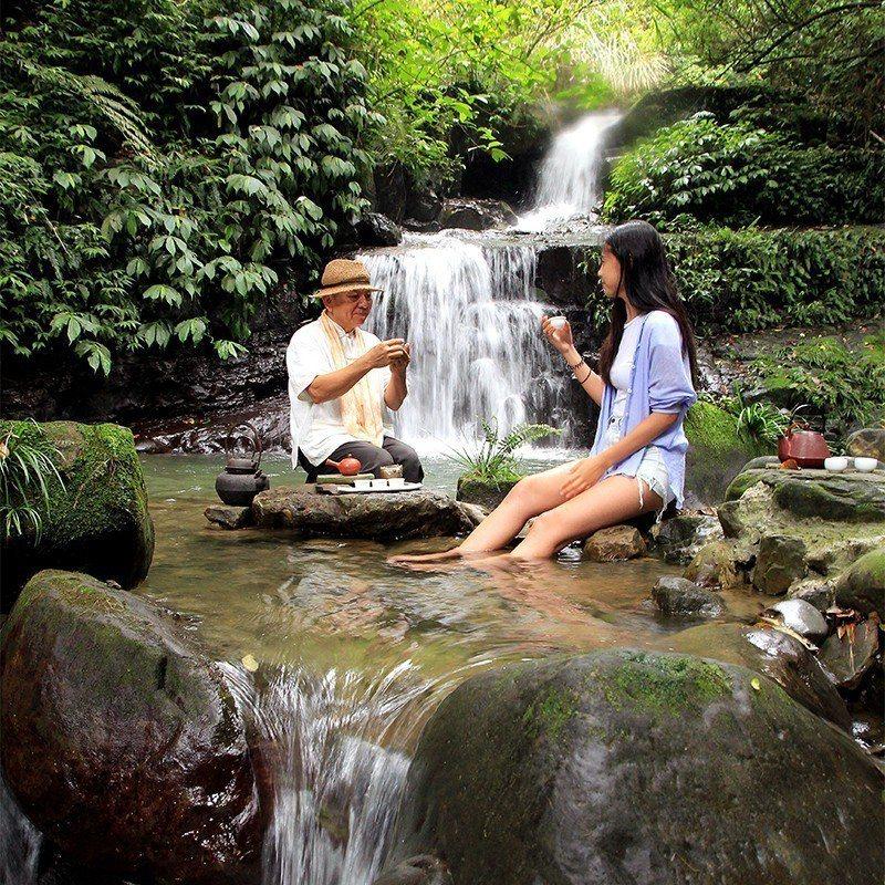 退休教官詹豐成在阿葉溪設置水茶席,景色氣氛獨樹一格。  攝影|行遍天下