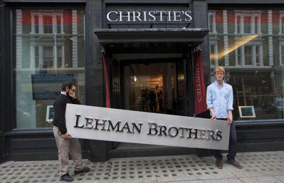 雷曼兄弟十年前倒閉引發金融風暴,金字招牌淪為拍賣品。路透